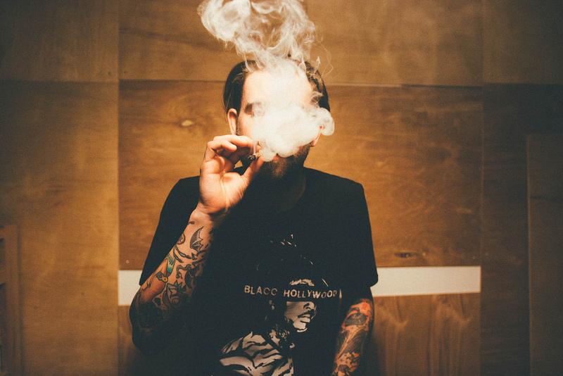 mann raucht
