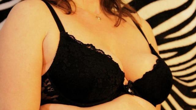 Die Erhöhung der Brüste der Tablette bis zu und nach