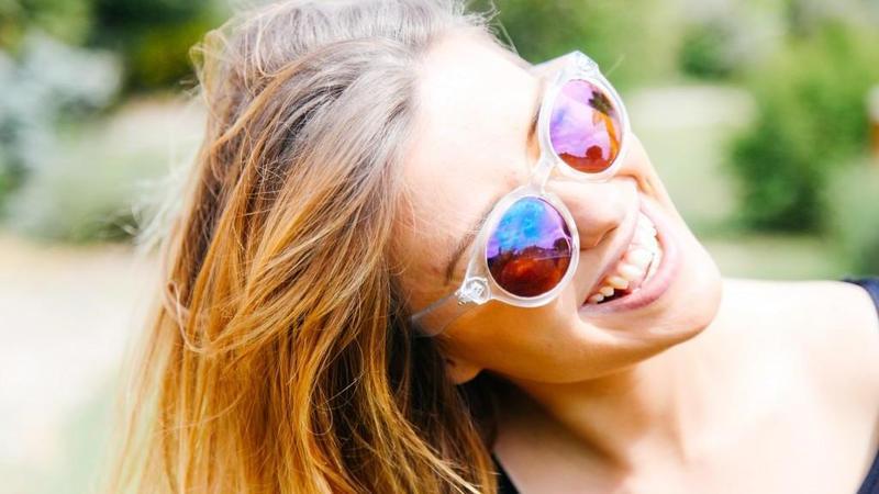 1465307593 frau lachen sonne sonnenbrille high