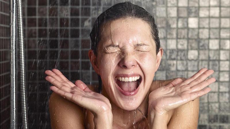 1465551880 frau dusche schreit fotolia 76375905 s high