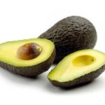 Avocado ganz und Avocado halbiert