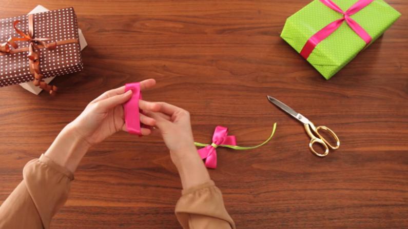 Geschenkschleifen richtig binden for Schleife binden geschenk