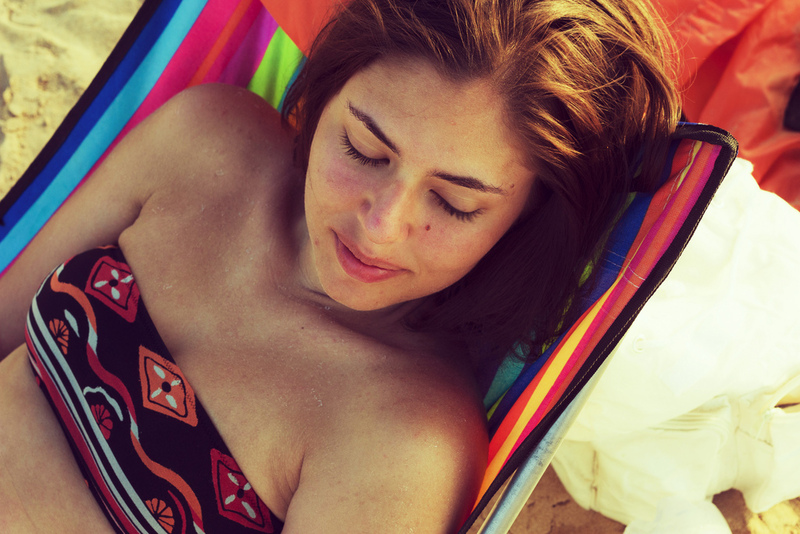 frau sonnt sich im bikini