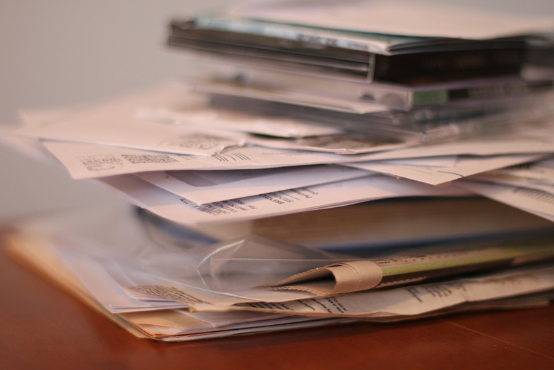 schreibtisch dokumente stapeln sich