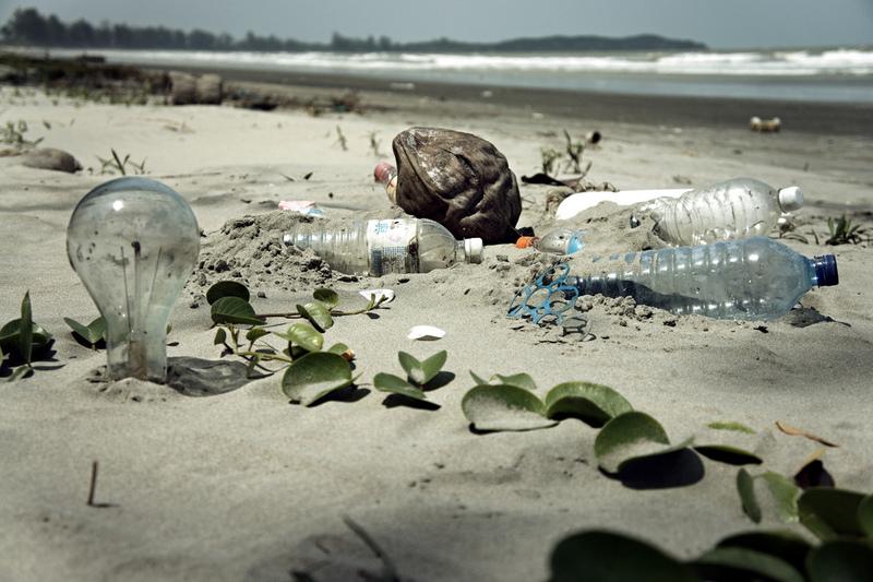 plastikflaschen am strand verschmutzung